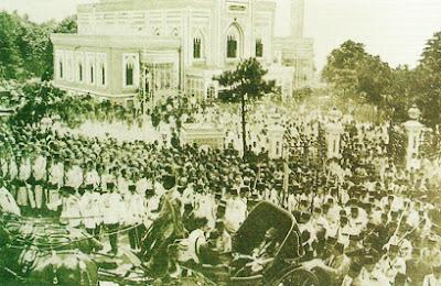 Sultan İkinci Abdülhamid Han'ın, Yıldız Hamîdiye Camii'ndeki Cuma selamlığı merasiminden Saraya dönüşünü gösteren bir fotoğraf (1908)