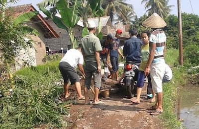 Kerja bakti di kampung untuk memperbaiki gang