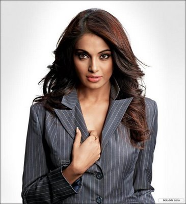 oflipstickandblushes: Picture perfect- Bipasha Basu!!