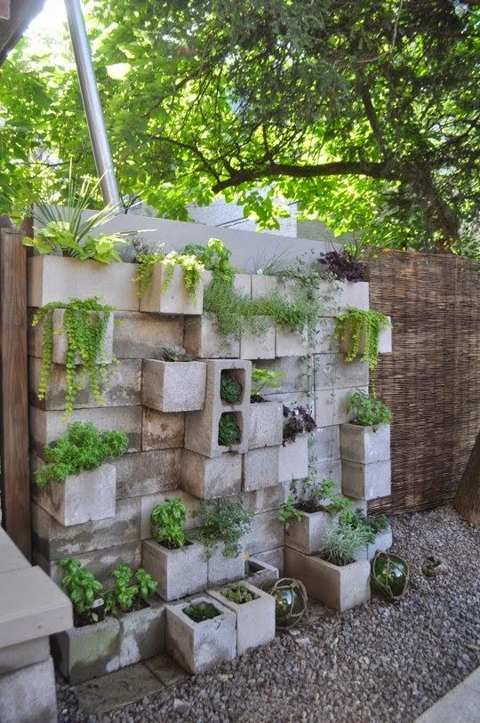 10 maneras de utilizar bloques de cemento en tu jard n for Jardineras de cemento
