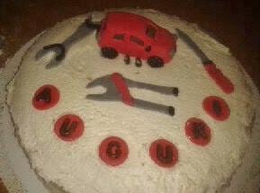 torta di compleanno con decorazioni in pasta di zucchero per meccanico