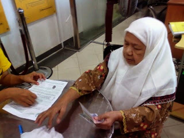 Kisah Makcik Dilayan SOMBONG Oleh Kerani Bank Apa Yang Terjadi Kepada Kerani Selepas Itu AMAT MENGEJUTKAN