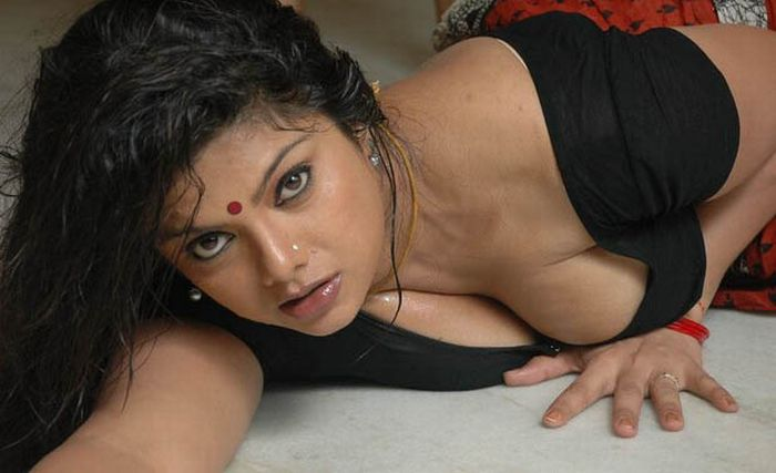 Though there are other sexy actresses in the movies Drogam Nadanthathu ...