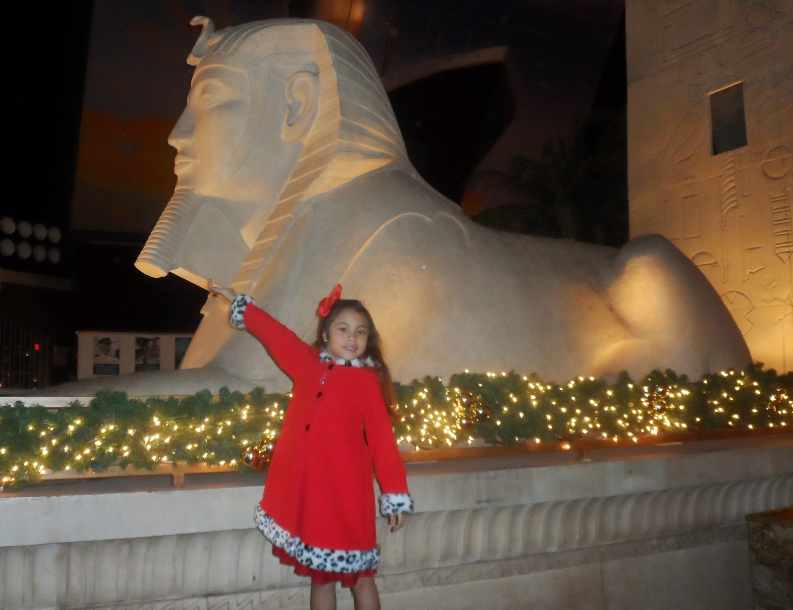 Sphinx statue inside luxor hotel casino las vegas the for Yard statues las vegas