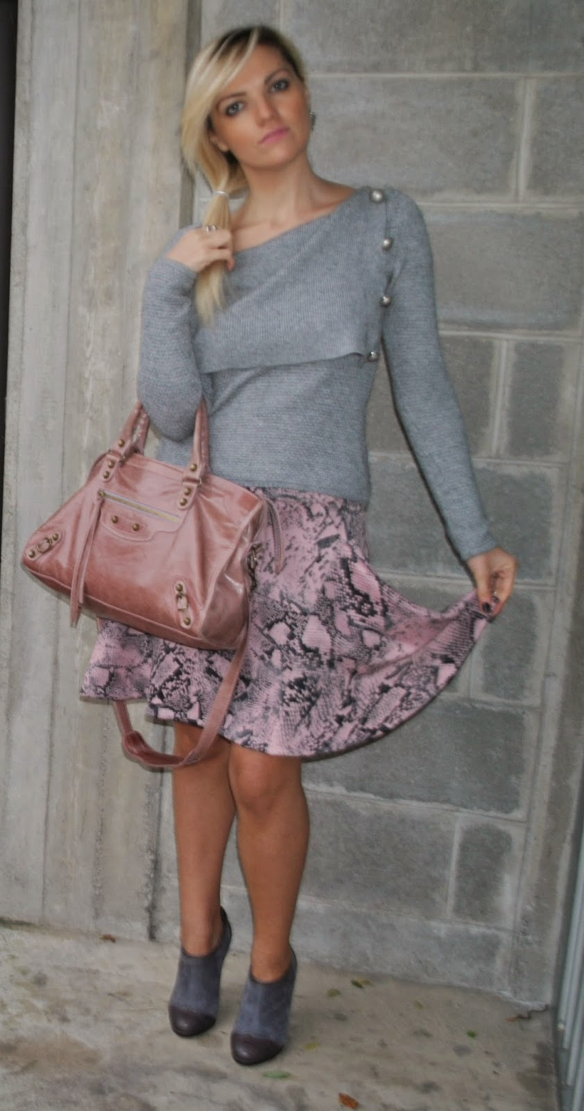 outfit gonna rosa in neoprene con stampa pitone maglione grigio marella orecchini breil anello breil scarpe grigiie in camoscio e pelle danilo di lea borsa rosa antico balenciaga how to wear pink skirt abbinamenti gonna rosa abbinamenti maglione grigio how to wear gray abbinamenti rosa e grigio come abbinare rosa e grigio how to wear gray and pink how to combine gray and pink gonna rosa stampa pitone stampa pitone outfit novembre 2014 outfit autunnali mariafelicia magno mariafelicia magno fashion blogger colorblock by felym outfit mariafelicia magno fashion blogger italiane fashion blogger bionde ragazze bionde coda laterale acconciatura coda laterale scarpe francesine outfit scarpe francesine come abbinare le francesine  neoprene pink skirt grey sweater autumnal outfit how to wear pink how to wear grey pink balenciaga bag pyton print fashion bloggers italy