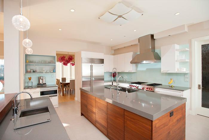 Cozinha moderna, com detalhes em inox, madeira e verde água (aqua)