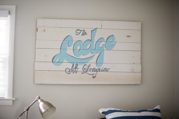 This wooden pallet sign adds character to the guest room theme.