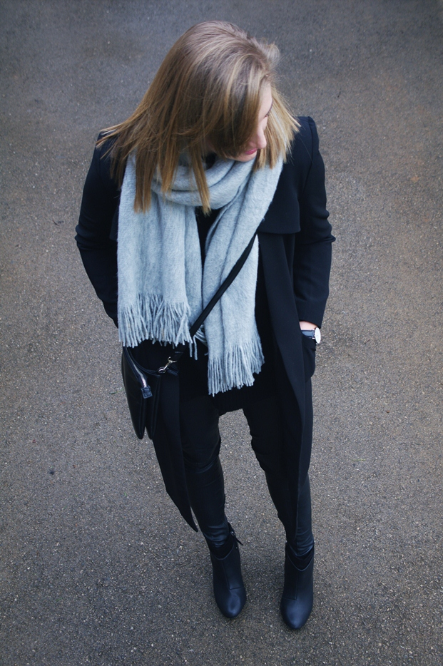grey scarf outfit, daniel wellington black watch, blogger, minimalistic style, outfit, leather pants