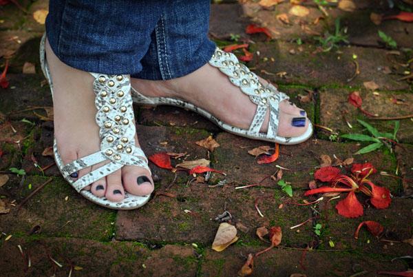 sandália rasteira de taxas e couro animal print de cobra wirth