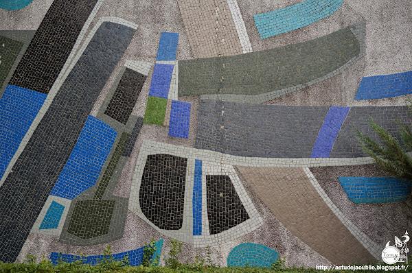 """Nantes - """"Naissance des signes"""" ou """"Signe non identifiés""""  Mur mosaïque - Université Lettres et sciences humaines, Bâtiment du Tertre.  Artiste: Jorj Morin  Création: 1975 - 1976"""