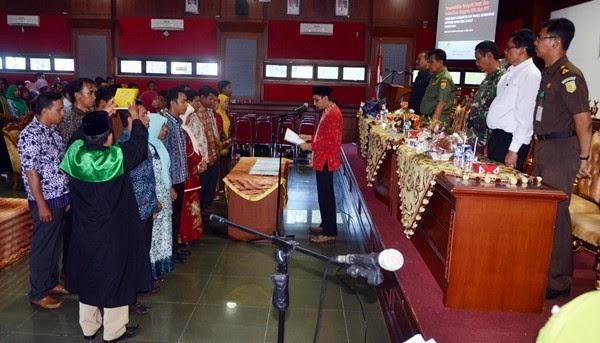 Disaksikan Walikota Mukhlis, Ketua KPU Lantik 20 PPK dan 213 PPS untul Pilgub Sumbar