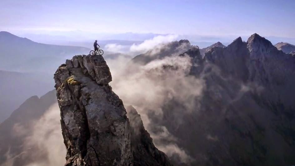 شاب يقفز من أعلي الجبال بدراجته في رحلة استمرت 5 ساعات