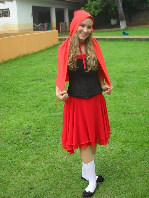 Chapeuzinho Vermelho é a minha mais nova caracterização. Aqui eu estava na escola em que trabalho.