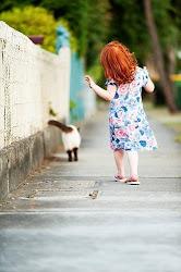 Camino por las huellas que dejan tus zapatos.
