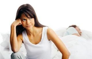 سيدة تقاضي زوجها لمناداته على أسماء حبيباته أثناء نومه - رجل نائم امرأة مستيقظة متضايقة