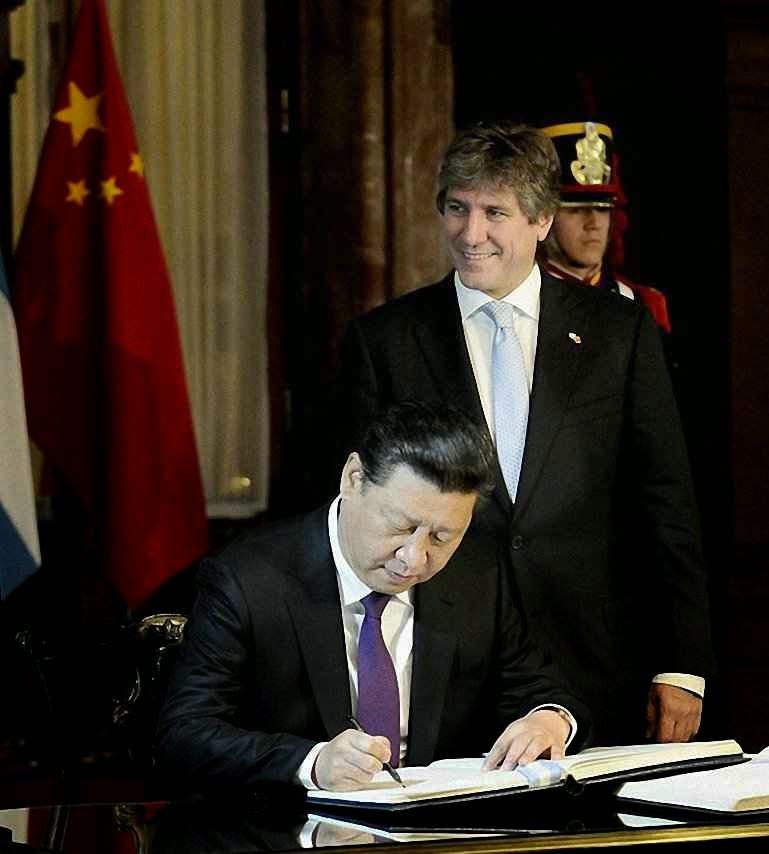 O presidente chinês Xi Jiping assina acordos na Casa Rosada. A seu lado, o vicepresidente argentino Amado Boudou, hoje indiciado pela Justiça.