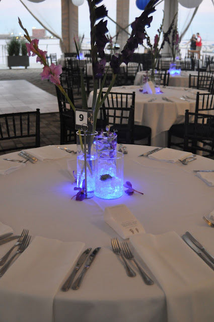 Centerpieces Light colors alternated by table purple and blue