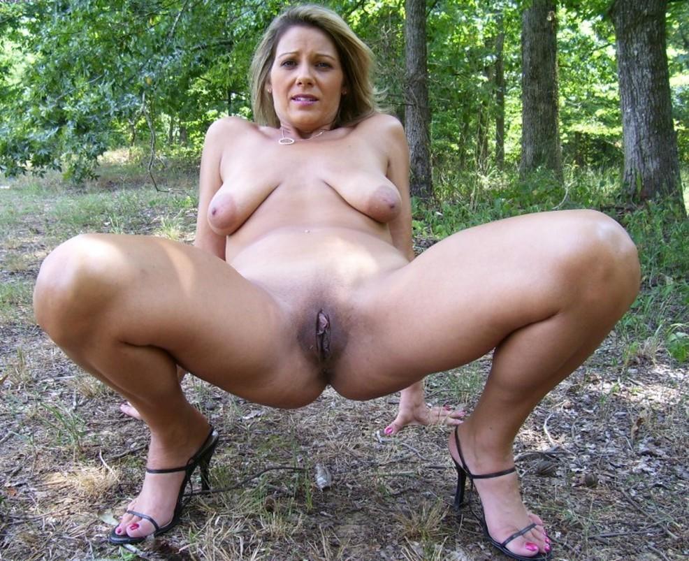Reife Hänge Titten Lady zeigt sich völlig nackt