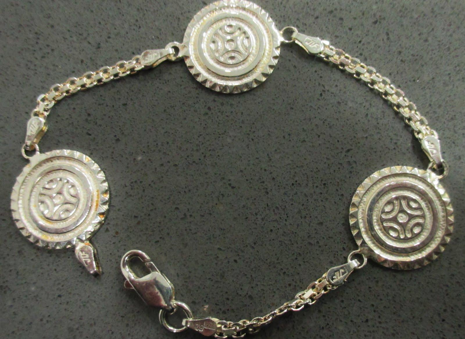 Pulsera de plata con estelas de Cantabria