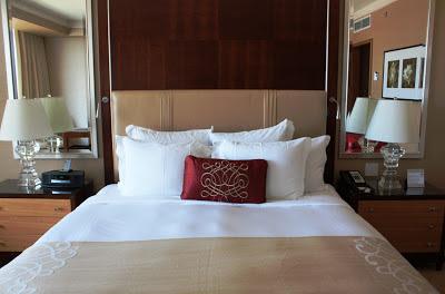 Einladend, oder? Ein gemütliches Bett im Ritz-Carlton Hotel in Toronto © Copyright Monika Fuchs, TravelWorldOnline