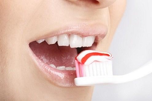 Việc dùng nhiều kem đánh răng trong một lần đánh có phải tốt?