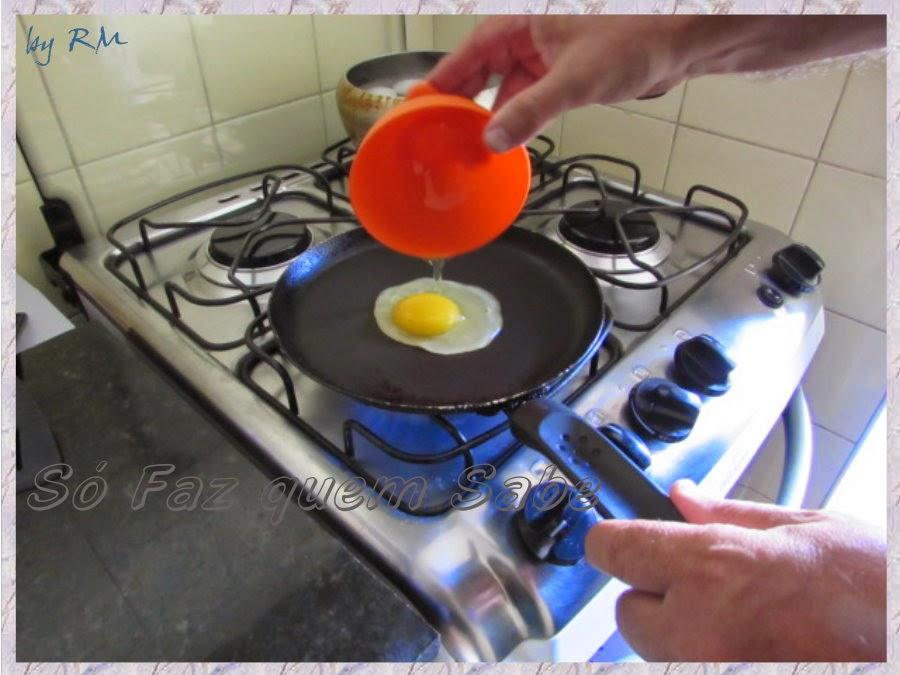 Colocando o ovo quebrado da tigelinha na frigideira pré-aquecida.