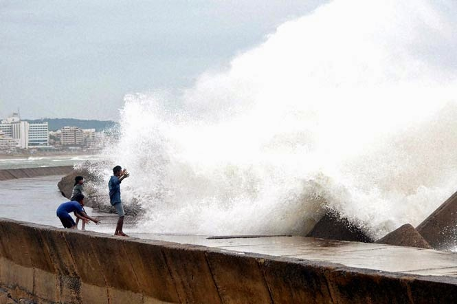 Hudhud Cyclone is Effected in AP Visakhapatnam Beach wwwjobzres.blogspot.com