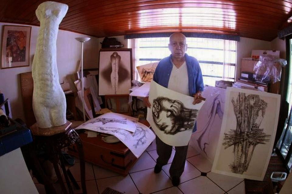 El escultor Roberto Estopiñán en su taller en marzo del 2011