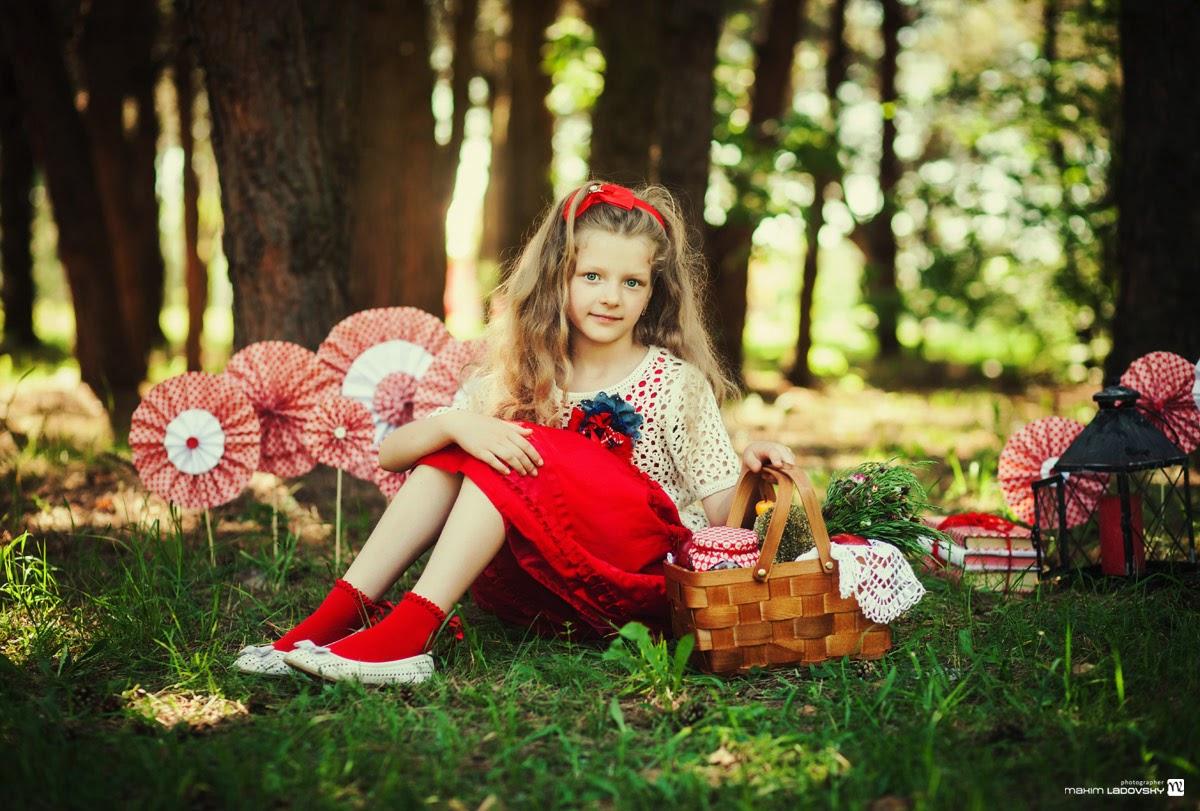 фотосессия девочки в красном платье с корзинкой