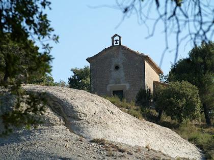 L'ermita de la Mare de Déu del Roser de Barnils dalt del turó