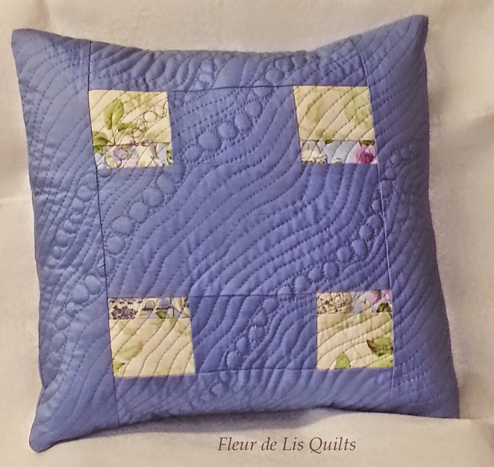 http://fleurdelisquilts.blogspot.com/2015/01/blue-pillow-tutorial.html
