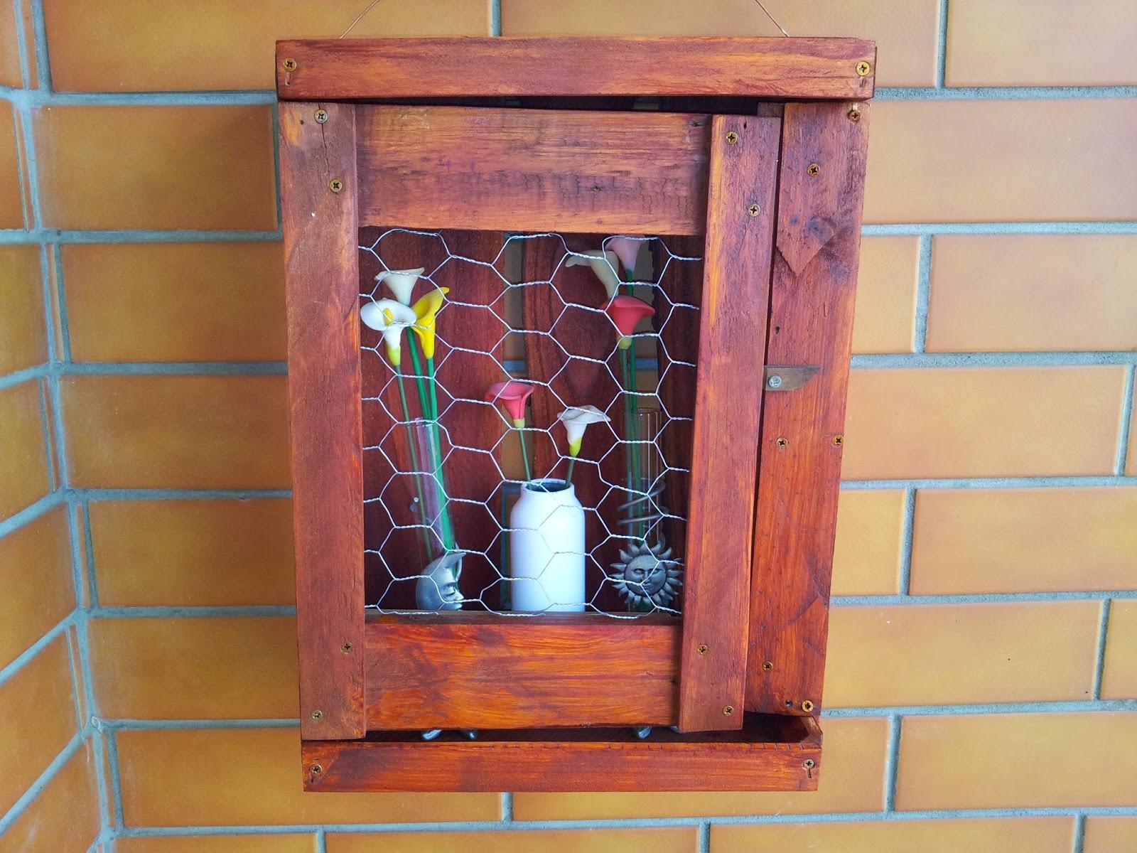 cristaleira foi construída usando uma caixa de garrafas de vinho #9C412F 1600x1200