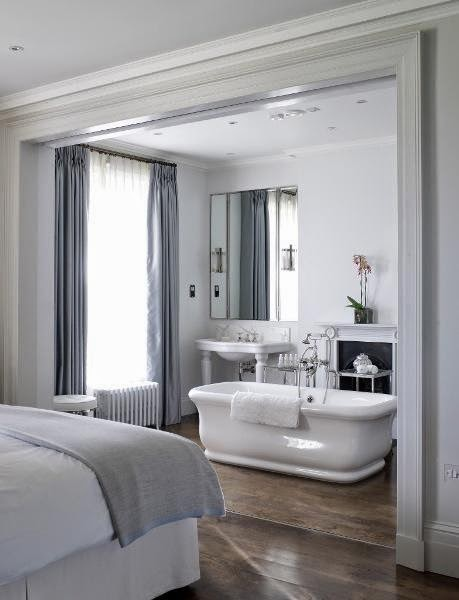 Bañera linea clásica en baño integrado en habitación