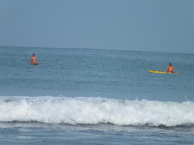 Berenang Di pantai Pagandaran