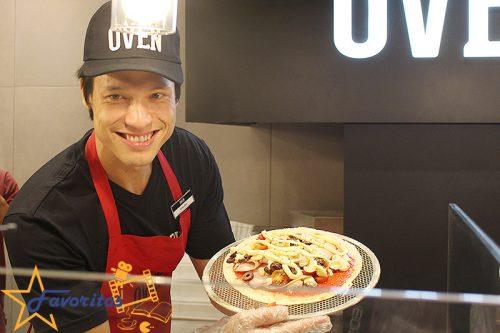 Vencedor do MasterChef 2016, Léo Young prepara pizzas na inauguração da Oven em Campinas