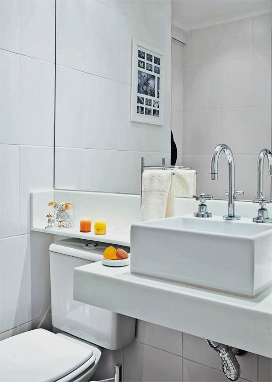 decoracao lavabo branco:Lavabo todo branco e com espelho amplo. Gostei da ideia do frontão