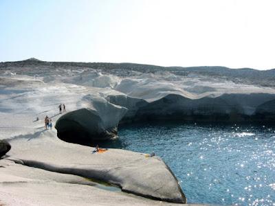 H παραλία του Αιγαίου με το σεληνιακό τοπίο που ήταν το καταφύγιο των πειρατών. Ολόλευκοι βράχοι, καταγάλανα νερά…..