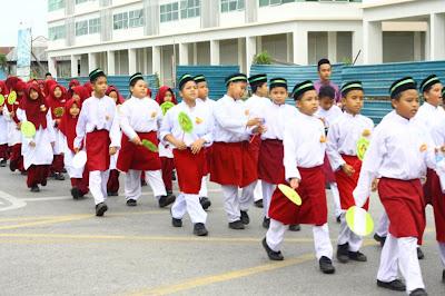 Pelajar sekolah rendah juga menyertai Perarakan Maulidur Rasul Sibu