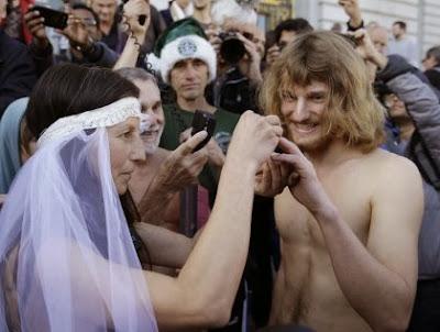 Gila, Pasangan ini Gelar Pesta Pernikahan Telanjang