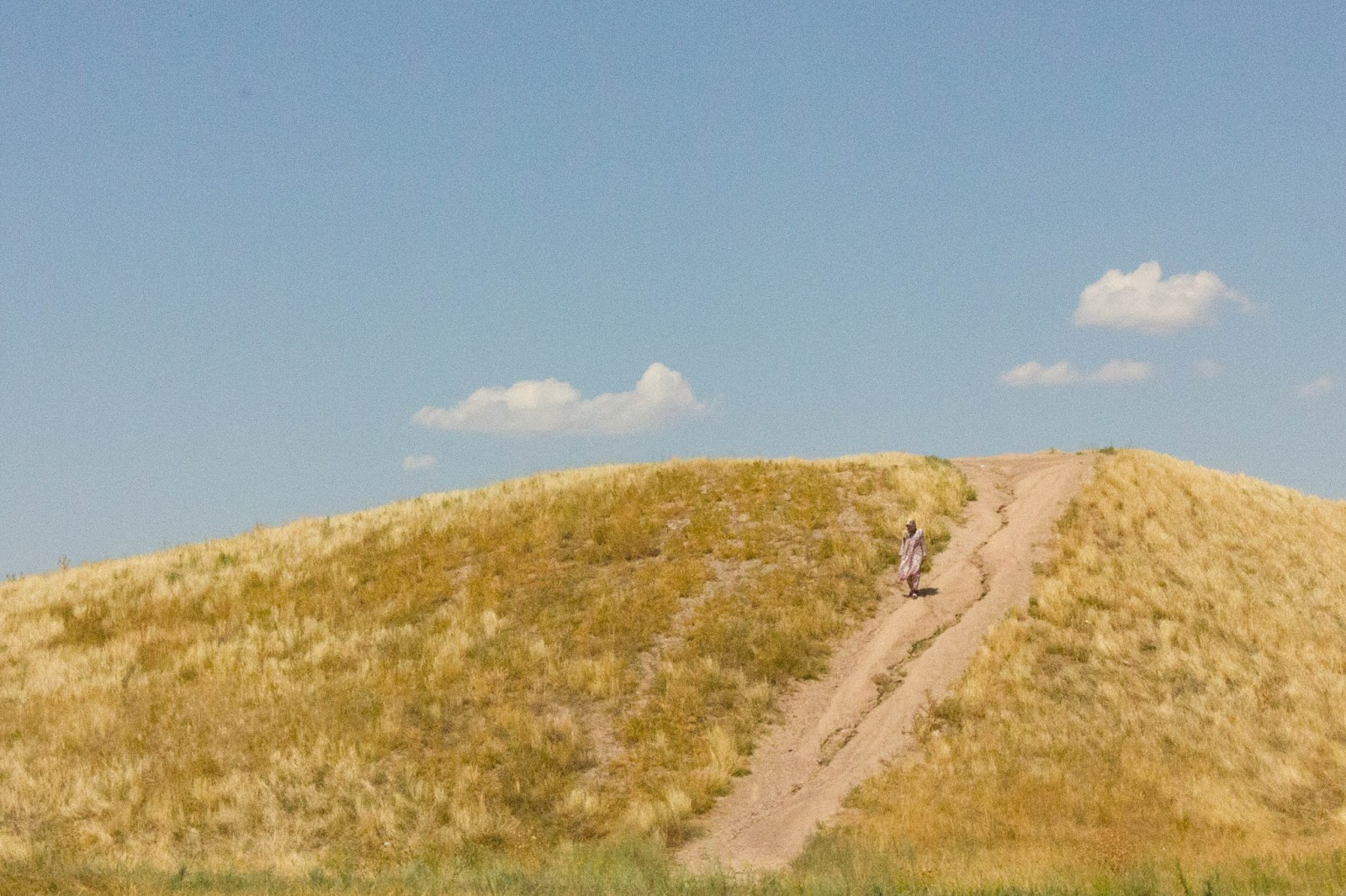 Кыргызстан, Бурана, девушка спускается с горы