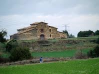 La masia de Serra-Montmany des del Pla de l'Estalviada