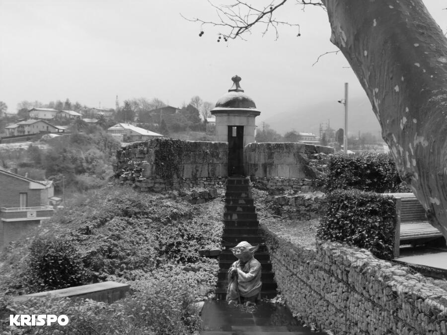 imagen en blanco y negro de Yoda sentado en escaleras en muralla de Hondarribia