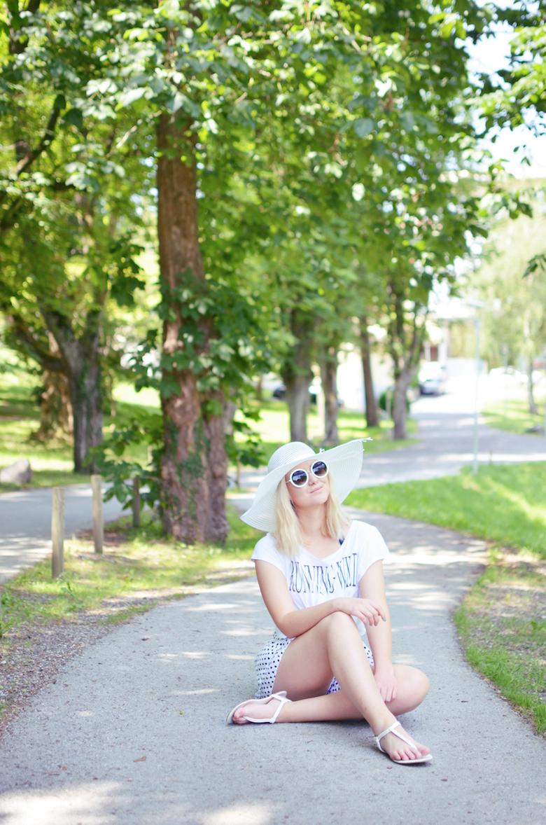 Sommer_Pool_Outfit_Pünktchen_Shorts_Crop-Top_weiß_großer_Hut_runde_Sonnenbrille_ViktoriaSarina