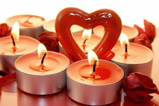 Velas corazones y petalos de rosa para san valentin oasisingular - Cena romantica con velas ...