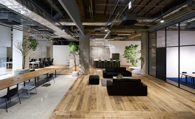 Elementi giocosi ed industriali per gli uffici di akqa a for Uffici di design