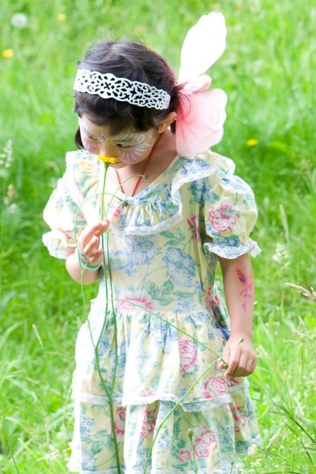 Lille pige med sommerfuglevinger og facepaint