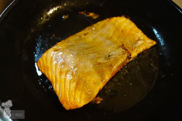 salmón marcado a la plancha para hacer el papillote