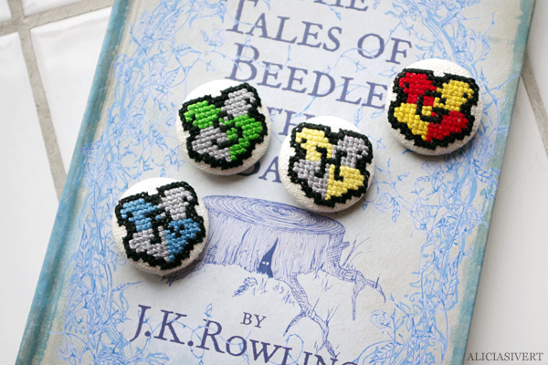 aliciasivert, alicia sivert, alicia sivertsson, harry potter, needlework, cross stitch, embroidery, pattern, diy, broderi, korsstygn, korsstygnsbroderi, korsstygnsmönster, mönster, broderimönster, gryffindoremblem, gryffindoremblemet, emblem, emblemet, hantverk, handarbete, fan art, gryffindor, hufflepuff, slytherin, ravenclaw, monthly makers maj magi magic