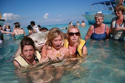 broma a las turistas en el mar con la raya