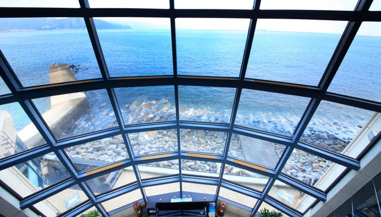 高さ23mの吹き抜けと相模灘を望む採光豊かな大きな窓が圧巻です。